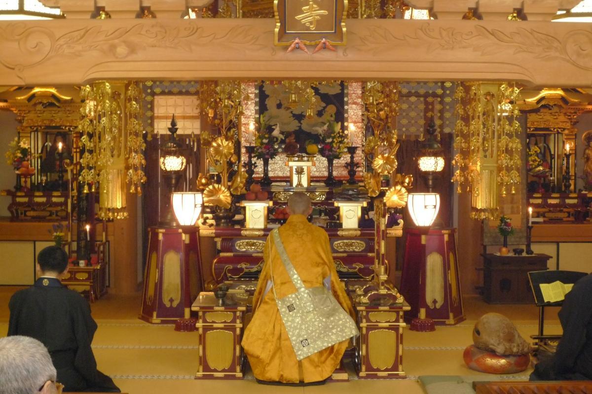 寺でのお勤めの様子